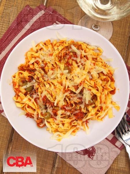 Лингуини паста (фетучини, талиатели) с доматен сос, риба тон, сирене моцарела, пармезан, сос песто и зелени маслини - снимка на рецептата